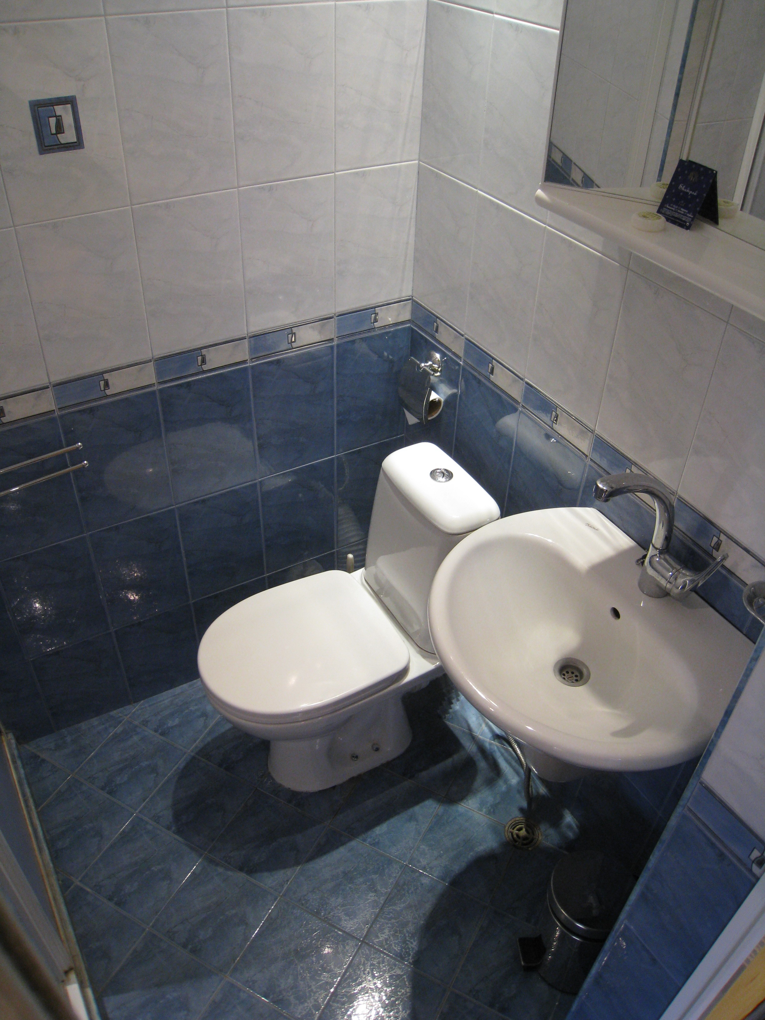 12.room12 bathroom